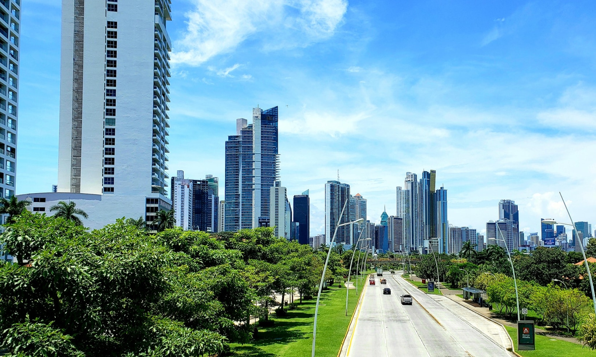 Why are so many people moving to Panamá City, Panamá?